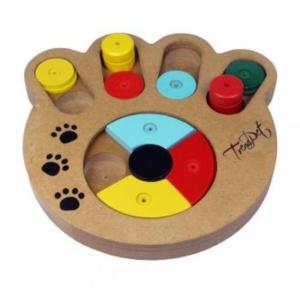 Bei diesem Spielzeug muss sich die Französische Bulldogge gut konzentrieren