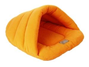 Ein Schlafsack bietet der Französischen Bulldogge Wärme für die Reise